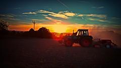 Mainfränkische Traktorromantik (Maquarius) Tags: traktor abendsonne sonnenuntergang gegenlicht acker brünnau mainfranken unterfranken franken