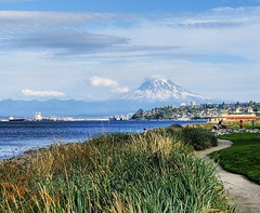 Mount Rainier (ekelly80) Tags: tacoma washington august2018 summer rustonway commencementbay pugetsound water view park mountains mountrainier grass path walk evening