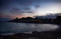 Playa al anochecer (candi...) Tags: calaboncapó playa mar ciel luna nubes agua anochecer arena algas sonya77 olas casas naturaleza nature airelibre