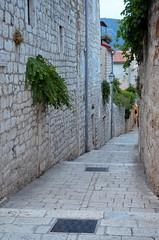 Alley Downhill [Rab - 25 August 2018] (Doc. Ing.) Tags: 2018 rab croatia otokrab rabisland happyisland kvarner kvarnergulf summer mediterraneansea adriatic alley stone stonework nikond5100