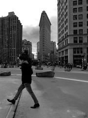 (Painter Snake) Tags: newyork ny eastcoast unitedstatesofamerica usa travel traveller itravelalone trip roadtrip winter march 2018 apsphotographs paintersnake vacation vacances day dayoff holiday outdoors outbuilding blackwhite blackandwhite bw flatironbuilding street pedestrians tour tourists