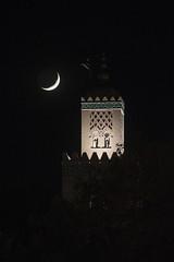 Luna y minarete (Guillermo Relaño) Tags: luna moon cuartocreciente minarete minaret mezquita mosquee koutouba marruecos marocco marrakech guilllemrorelaño nikon d90