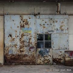 Vidange rapide... (Ivan van Nek) Tags: lesjardins cabrerets lot france frankrijk frankreich 46 nikon d7200 nikond7200 rusty garage garagedoor abandoned decaying midipyrénées occitanie