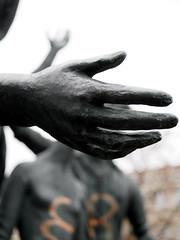 Die Hand. / 12.11.2018 (ben.kaden) Tags: berlin karlshorst römerweg sentabaldamus weltjugend 1982 kunstderddr kunstimöffentlichenraum kunstimstadtraum bildhauereiderddr bildhauerei hand bronzeplastik skulptur 2018 12112018