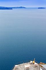 Terrace with Caldera-View (Rita Eberle-Wessner) Tags: santorini greece griechenland santorin thira neakameni paleakameni insel meer ocean island mittelmeer ägäis weis white blau blue terrace caldera terrasse wasser water ozean tische stühle chairs tables restaurant aspronisi