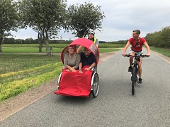 Billund Dagtur August 2018 Cykling uden alder Lise og Kurt i rickshaw Lene Bruun på cykel (2)