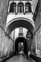 Referència de tamany (Ramon InMar) Tags: barcelona street carrer arcs arch oldtown bw bnw blancinegre
