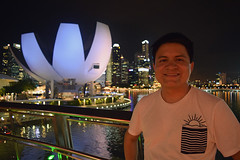 Self-portrait at Singapore's Marina Bay (Nicolay Abril) Tags: singapore singapura 新加坡 சிங்கப்பூர் singapur singapour सिंगापुर asia asien asie l'asie 아시아 เอเชีย អាស៊ី 亚洲 亞洲 アジア châuá sudesteasiático đôngnamá southeastasia asiatenggara asiedusudest sudestasiatique 东南亚 ஆசியா தென்கிழக்குஆசியா marinabay artsciencemuseum singaporeartsciencemuseum 新加坡艺术科学博物馆 nightphotography fotografíanocturna fotografiadinotte photographiedenuit noche nuit night 夜、夜の写真 夜間攝影 晚上 malamfotografi malam இரவுபுகைப்படம் இரவு lights citylights விளக்குகள் நகரம்விளக்குகள் lampu lampubandar 燈 城市的燈光 lumières lumièresdelaville luces lucesdelaciudad autorretrato selfportrait சுயஉருவப்படம் potretdiri helixbridge