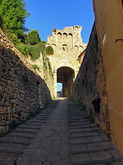 Massa Marittima - Via Moncin (Guido Rabea) Tags: casioexfh20 italien toskana massamarittima viamoncin himmel strase treppe tor