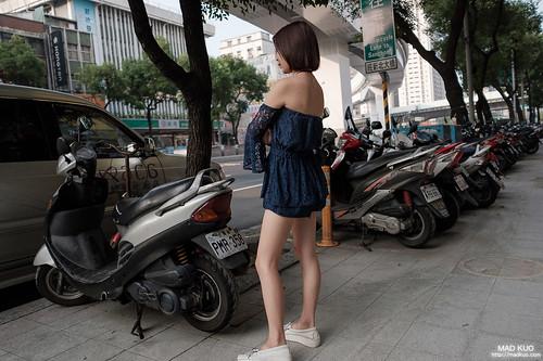 美甲店的員工,穿的非常清涼在路邊吹風,但…現在是冬天,很熱的冬天。