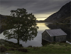 Llyn Ogwen Boathouse, North Wales (Charles Connor) Tags: llynogwen snowdonia northwales uk lakes smoothwater water mountains trees boathouse skies landscapephotography landscape naturephotography canondslr