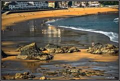 Una mañana en la playa...Bakio, Vizcaya. (Jose Roldan Garcia) Tags: cantábrico mar bakio vizcaya playa arena reflejos aire olas surf gente rocas luz colores