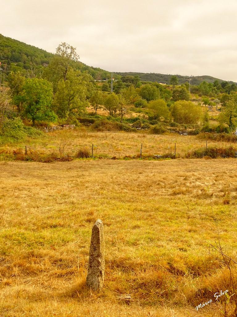 Águas Frias (Chaves) - ... o marco de pedra e o campo de erva seca ...