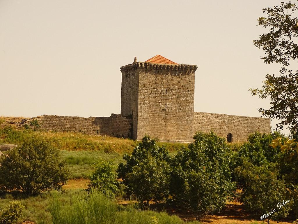 Águas Frias (Chaves) - ... castelo de Monforte de Rio Livre entre a verdejante copa das árvores ...