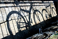 Gira la ruota, gira! (meghimeg) Tags: 2018 rapallo bici biciclette bike ombra shadow sole sun ringhiera