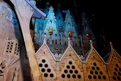A La Sagrada Familia (Fnikos) Tags: city sky gaudí antonigaudí religion basílica lasagradafamilia construction building architecture sculpture column tower art modernism temple dark light night nightview nightshot outdoor