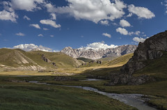 Meandering (Joost10000) Tags: landscape landschaft outdoors wild yienshan tien shan naryn oblast wilderness mountain mountains sky clouds river meander grass snow water natur nature canon eos canon5d field kyrgyzstan asia central centralasia kelsuu