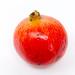 Ein Granatapfel auf weißem Hintergrund