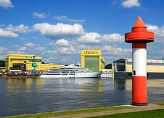 2010-08-13 Neue Yacht 'Katara' vor der Luerssen-Werft (01) (mike.bulter) Tags: beacon boat deu deutschland dockyard fluss jacht katara lemwerder leuchtturm lighthouse luerssen lürssenwerft niedersachsen ritzenbüttel schiff ship shipyard werft weser yacht