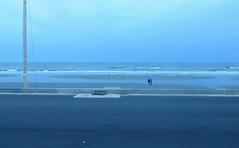 Période bleue (Robert Saucier) Tags: bleu blue mer sea océan ocean vagues waves poteau pole trottoir sidewalk pavement rue street ciel sky nuages clouds personnes people yorkbeach maine atlantique atlantic img4092 sable sand plage beach