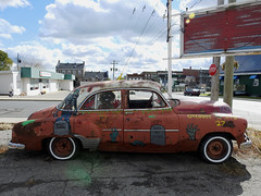 A vintage car decked out for this year's Halloween Prescott Zombie Walk in Prescott, Ontario (Ullysses) Tags: prescott ontario canada fall autumn automne halloween unitedcountiesofleedsandgrenville prescottzombiewalk2018 vintagecar vintageautomobile