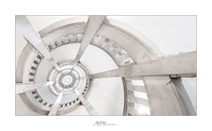 beaming stairwell - TreppenStrahlen (mmsig) Tags: architektur licht highkey hell treppe treppenhaus geometrie schnecke strahlen light bright staircase stairwell geometry snail rays canon hannover rathaus neues eggert eos mmsig