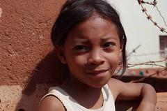 Petite frimousse (Octobre 2018) (Ostrevents) Tags: antananarivo tana madagascar malagasy rue street fiellette littlegirl fille visage face sourire smile regard look frimousse couleur color chn ostrevents