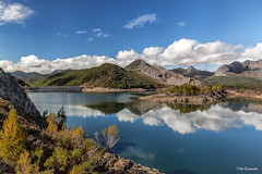 Embalse del Porma, León (ton21lakers) Tags: embalse pantano agua cielo nubes isla vegetacion verde valles reflejos toño escandon canon tamron porma león paisaje panorama