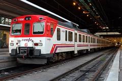 Buenos trenes, pero mejor en doble (Javirenfe251.004.8) Tags: renfe trenes diesel camello 592 lcr automotor valencia estacion del norte trains trainspotter trainspotting