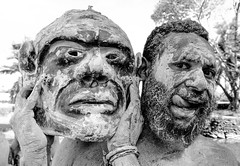 Asaro (pguiraud) Tags: singsinge papua papouasienouvelleguinée sergeguiraud jabiruprdo oéanie tribus ethnies tribes portrait enfants ornementnasal coiffe asaro masquedeboue hommesboue huli tari madang enga
