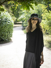 Mariëlle, Cambridgeshire 2018: Hat and shades (mdiepraam (30 mln views!)) Tags: cambridgeshire 2018 wimpoleestate nationaltrust marielle portrait pretty gorgeous attractive mature fiftysomething brunette woman lady milf elegant classy hat skirt blacktop scarf garden sunglasses