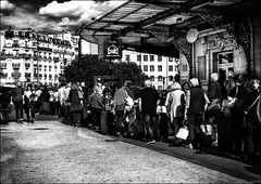 Un taxi à Paris!! (vedebe) Tags: bw monochrome noiretblanc netb nb ville city rue street urbain urban urbanarte people humain human foule gares gare paris architecture société trains