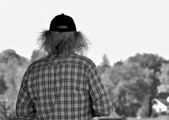P1020015a SW (oberbayer) Tags: bw sw mann baum haare mütze cap