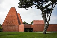 (LG_92) Tags: cascais portugal portuguese architecture contemporary modern soutodemoura concrete red museum green grass tree building outdoor nikon dslr d3100 2018 september