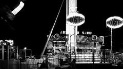 Parque (jacinto_udi) Tags: parque diversão branco preto lentes lens canon 70d 50mm eos noite light sombra