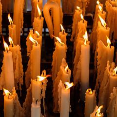 Le feu sacré à Lourdes (RIch-ART In PIXELS) Tags: france lourdes bougie candle light fujifilmxt20 occitanie xt20 pyrénées hautespyrénées candlelight fire midipyrénees