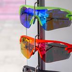 Sportsonnenbrillen auf einem Gestell thumbnail