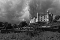 Dunrobin Castle (ralcains) Tags: scotland highlands architecture arquitectura blackwhite bw blancoynegro schwarzweis noiretblanc monocromo monochrome monochromatic monocromatico greyscale ngc telemetrica rangefinder leica leicam240 leicam zeiss carlzeiss biogon 21mm