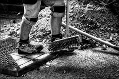 Coup de balai décisif... / Decisive swift sweep... (vedebe) Tags: rue street ville city urbain urban urbanarte noiretblanc netb nb bw monochrome pied travail travaux