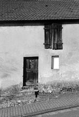 türen und fenster01 (mischlicht.net) Tags: ilfordpanf leicam6classic xtol11 zeisscbiogon35mm28 ilford architektur architecture mischlicht mischlichtnet filmphotography analogue analogefotografie blackandwhite schwarzweis monochrome