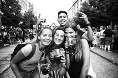 Pilares. Amigos y vino (carnuzo) Tags: leica monochrom zeiss biogon 21mm f28