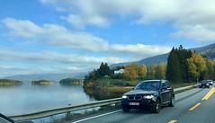 Ut over Steinsfjorden (fotomormor) Tags: vei road høst trær bil himmel skyer vann