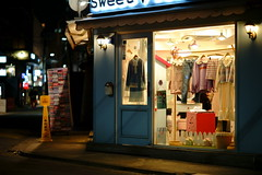 2123/1802 (june1777) Tags: snap street seoul hongdae night light bokeh sony a7ii kyocera contax carl zeiss n planar nplanar 85mm f14 640 clear window