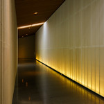 A passage to the exhibition space. The wall is using washi(和紙 : Japanese thin paper), with lighting from back is effective Japanese atmosphere. 馬頭広重は内観もめちゃくちゃかっこいいです。