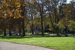 Karl-Marx-Hof park (L. Charnes) Tags: austria vienna dobling karlmarxhof rotewien park trees grass