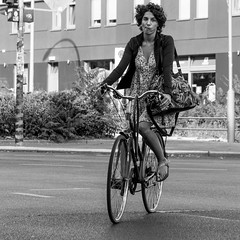 focused cornering (every pixel counts) Tags: 2018 berlin bicycle people city street square germany everypixelcounts blackandwhite 11 vélo woman bag day bolsa capital urban mitte blackwhite berlinalive