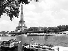 Bords de Seine. (miroir.photographie) Tags: 120 mediumformat seine argentique filmisnotdead 2018 paris analog france istillshootfilm pentax645 tmax tmax400