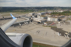 take off ZRH Zurich Airport Switzerland July 2018 (roli_b) Tags: zrh zurich airport switzerland zürich flughafen flugplatz schweiz aeroport suisse aeropuerto suiza svizzera aircraft window seat plane circle baustelle kran terminal gebäude crane consturction work air europa wing fensterplatz airplane aerial view luftaufnahme luftbild 2018 july