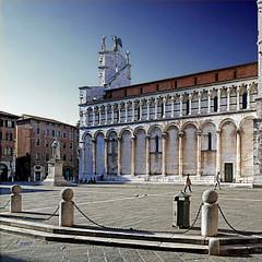 Piazza San Michele, Lucca, Italia (pom'.) Tags: panasonicdmctz101 april 2018 lucca toscana tuscany italia italy europeanunion architecture piazzasanmichele sanmicheleinforo 100 200