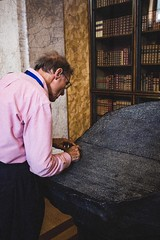 Studying the Rosetta stone, London, England (∆∂ΩO) Tags: museodistoria museod'arte museo masterpiece urban wide holidays holiday vacation vacanze luci particolare particular minimale minimal geroglifici egypt egizi neoclassicismo library biblioteca 28 f28 24mm28 24mmf28 24mm 24 d 700d 700 canon700d canon700 canon lowlights lights street citylife cityphotography city town puntodivista pointofview pov studying study contrast saturation britishmuseum culture museum british greatbritain gb unitedkingdom uk inghilterra england londra london rosetta'sstone rosettastone steledirosetta stele stone rosetta fotografia photography